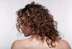 Kobieta od zadka z kędzierzawym włosy zdjęcie royalty free