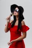 Kobieta odizolowywająca na szarym tle Zdjęcia Royalty Free