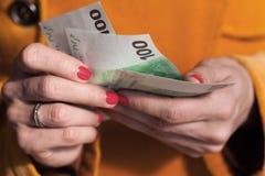 Kobieta odliczający euro pieniądze Obraz Royalty Free