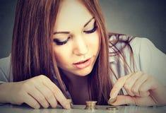 Kobieta odliczający pieniądze broguje w górę monet Fotografia Royalty Free