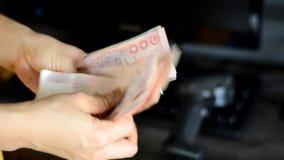 Kobieta odliczający pieniądze od klienta dla wynagrodzenie rachunku zdjęcie wideo