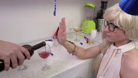 Kobieta odmawia dla wina zdjęcie wideo