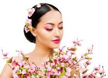 Kobieta odoru Sakura kwiaty, Japoński moda modela piękna portret, Biały obraz stock