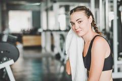 Kobieta odpoczynek w gym po treningu obrazy royalty free