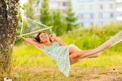 Kobieta odpoczynek w hamaku Fotografia Royalty Free