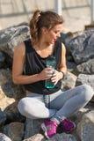Kobieta odpoczywa po stażowego outside przy plażą Zdjęcie Stock