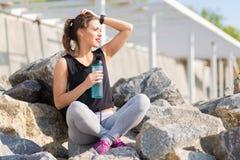 Kobieta odpoczywa po stażowego outside przy plażą Zdjęcie Royalty Free
