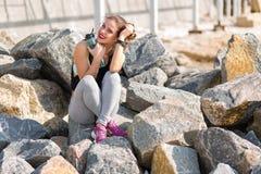 Kobieta odpoczywa po stażowego outside przy plażą Obrazy Stock