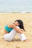 Kobieta odpoczywa samotnie na plaży relaksuje Zdjęcia Royalty Free