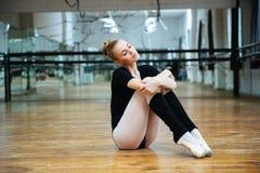 Kobieta odpoczywa w balet klasie Zdjęcie Royalty Free