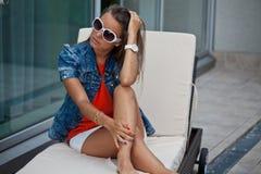 Kobieta odpoczywa w pokładu krześle fotografia stock