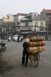Kobieta odtransportowywa towary na jej rowerze w ulicie Hanoi (Wietnam) Zdjęcie Stock