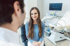 Kobieta odwiedza gynecologist lekarkę zdjęcia stock