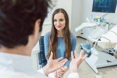 Kobieta odwiedza gynecologist lekarkę obrazy royalty free