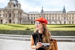 Kobieta odwiedza louvre w Paryż obraz royalty free