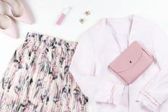 Kobieta odzieżowa i akcesoria - spódnica, kurtka, buty w pastelowych menchiach barwi obrazy stock