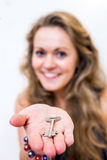Kobieta Oferuje klucz, selekcyjną ostrość na kluczu i rękę, Fotografia Stock