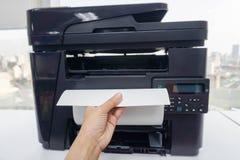 Kobieta oficera ciągnienie drukował biznesowych dokumenty od wielo- czynnościowej drukarki obraz royalty free