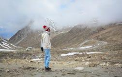Kobieta ogląda śnieżną górę w Ladakh, India Zdjęcie Stock