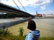 Kobieta ogląda długiego cudownego most nad Danube rzeką w Bratislava obraz stock