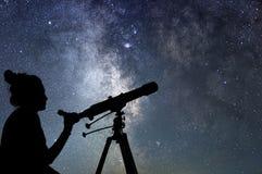 Kobieta ogląda gwiazdy z teleskopem Stargazing ni i kobieta zdjęcia stock
