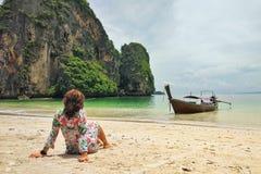 Kobieta ogląda raj plażę na piasku obraz stock