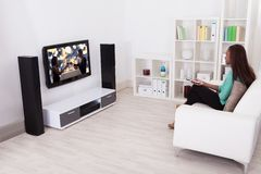 Kobieta Ogląda TV W Żywym pokoju Zdjęcie Royalty Free