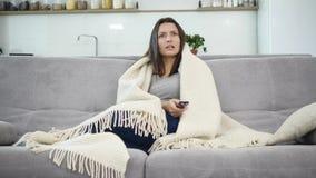 Kobieta ogląda TV z koc zbiory wideo