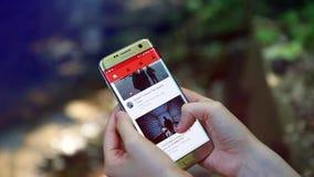 Kobieta Ogląda YouTube wideo Na Smartphone Outside zdjęcie wideo