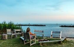 Kobieta ogląda zmierzch na Chesapeake zatoki plaży Obraz Stock