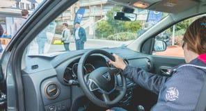 Kobieta ogląda samochód na Dacia wycieczce turysycznej 2017 Fotografia Royalty Free