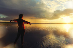 Kobieta ogląda zmierzch po podeszczowej pozyci jeziorem Zdjęcia Stock