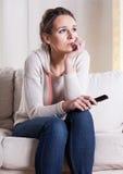 Kobieta okaleczał podczas gdy oglądający film zdjęcia stock