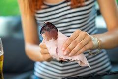 Kobieta okularów przeciwsłonecznych czyści szkła z mikro włókna wytarciem obrazy royalty free