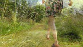 Kobieta omija w lesie zbiory