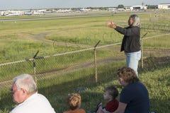 Kobieta ono modli się dla odjeżdżanie samolotu przy Charlotte lotniska pasem startowym Obraz Royalty Free
