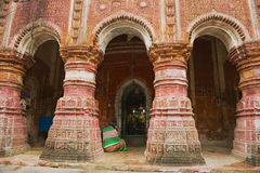 Kobieta ono modli się przy Pancharatna Govinda Hinduską świątynią w Puthia, Bangladesz Obrazy Stock
