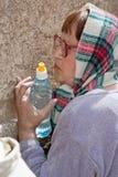 Kobieta ono modli się przy Wy ścianą. Obraz Stock