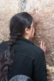 Kobieta ono modli się przy Wy ścianą. Obraz Royalty Free