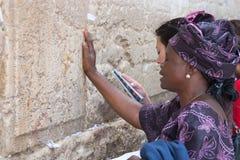 Kobieta ono modli się przy Wy ścianą. Fotografia Royalty Free