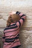 Kobieta ono modli się przy Wy ścianą. Obrazy Royalty Free