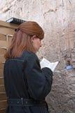 Kobieta ono modli się przy Wy ścianą Obraz Stock