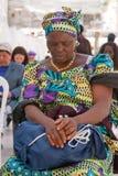 Kobieta ono modli się przy Wy ścianą Fotografia Stock