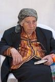 Kobieta ono modli się przy Wy ścianą Obraz Royalty Free