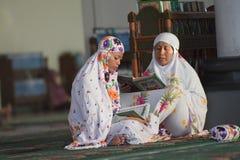 Kobieta ono modli się w meczecie Obrazy Royalty Free