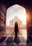 Kobieta ono modli się w Taj Mahal Obraz Royalty Free