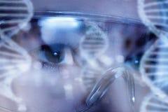 Kobieta ono przygląda się w ochronnych szkłach podczas gdy laboranccy dochodzenia zdjęcia stock