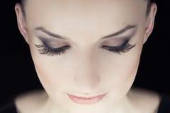 Kobieta ono przygląda się z długimi rzęsami Fotografia Royalty Free