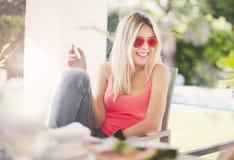 Kobieta ono uśmiecha się i dymi Obraz Royalty Free