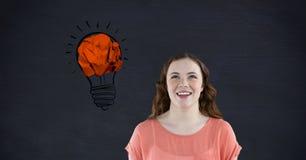 Kobieta ono uśmiecha się przeciw zmiętej papierowej tworzy żarówce Zdjęcie Stock